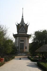 Gedenkstupa mit den Gebeinen einiger Opfer – sie ist lange voll und der Regen bringt immer noch Knochen im Boden zum Vorschein